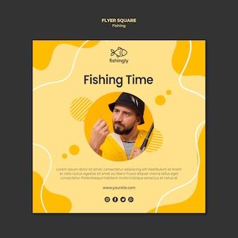 Homem de tempo de pesca no casaco amarelo panfleto quadrado