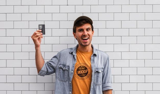 Homem de tiro médio segurando um cartão