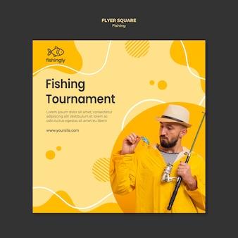 Homem de torneio de pesca no casaco de pesca amarelo panfleto quadrado