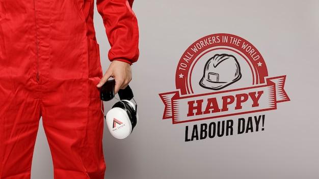 Homem de vermelho, segurando protetores de orelha proteção dia do trabalho