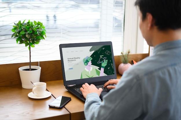 Homem digitando no teclado do laptop