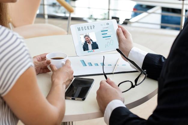 Homem e mulher olhando para um tablet no trabalho