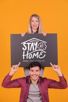 Homem e mulher segurando um modelo de conceito de sinal