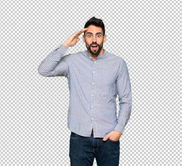 Homem elegante com camisa acaba de perceber algo e tem a intenção de solução