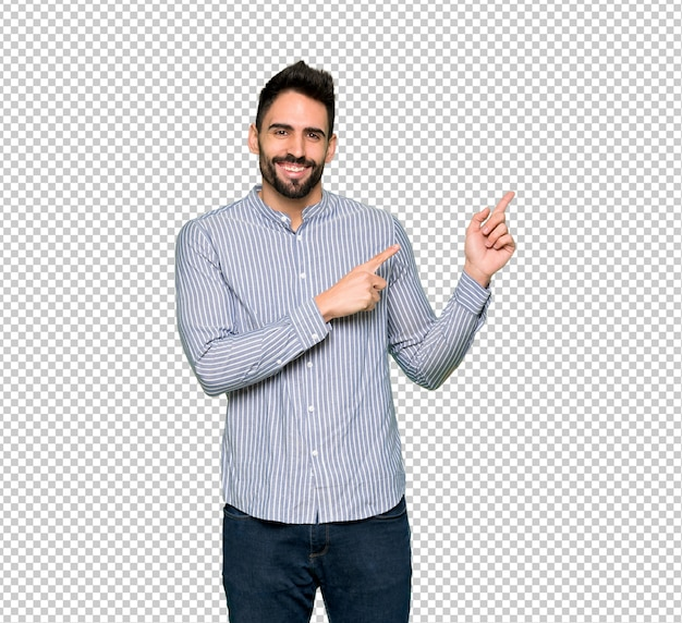 Homem elegante com camisa apontando o dedo para o lado em posição lateral