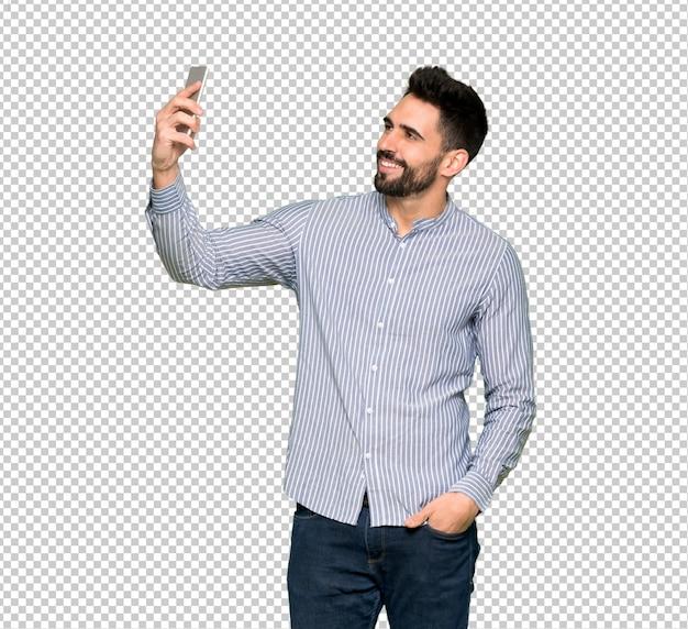Homem elegante com camisa fazendo um selfie