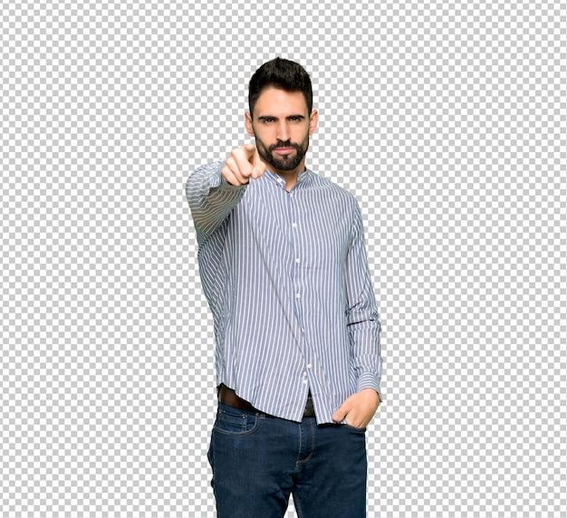 Homem elegante com camisa frustrada por uma situação ruim e apontando para a frente