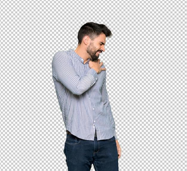 Homem elegante com camisa sofrendo de dor no ombro por ter feito um esforço