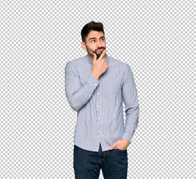 Homem elegante com camisa sorrindo e olhando para a frente com cara confiante