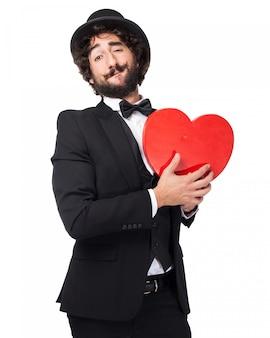 Homem elegante com um coração