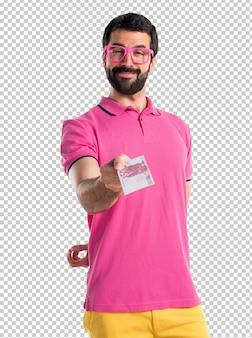 Homem em roupas coloridas, levando muito dinheiro