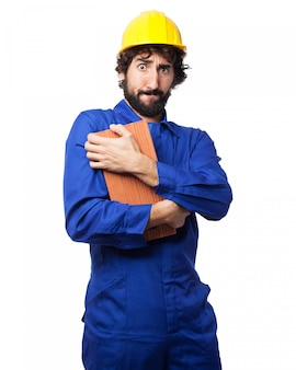 Homem embrazing um tijolo