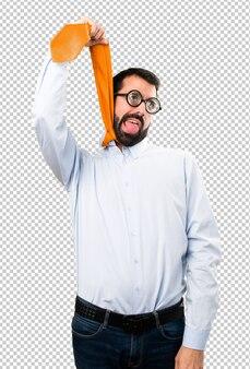 Homem engraçado com óculos com gravata em volta do pescoço
