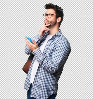 Homem estudante, segurando uma calculadora