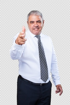 Homem fazendo um gesto de arma