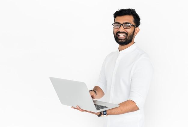 Homem indiano com laptop