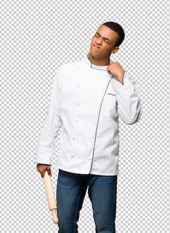 Homem jovem afro-americano chef com expressão cansado e doente