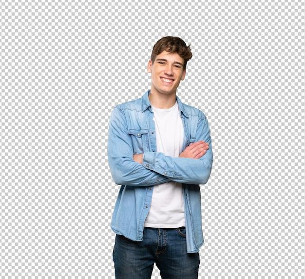 Homem jovem bonito, mantendo os braços cruzados em posição frontal