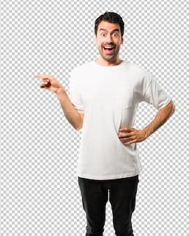 Homem jovem, com, camisa branca, apontar dedo, para, a, lado, e, apresentando, um, produto
