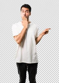 Homem jovem, com, camisa branca, apontar dedo, para, a, lado, e, apresentando