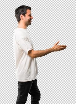 Homem jovem, com, camisa branca, handshaking, após, bom negócio