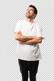 Homem jovem, com, camisa branca, levantar, e, olhar, enquanto, sorrindo