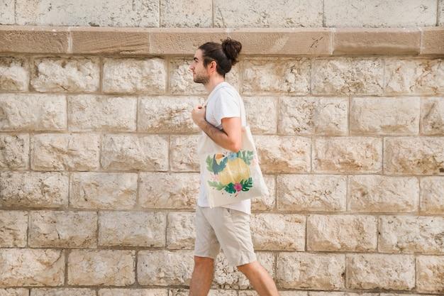 Homem jovem, com, saco, mockup