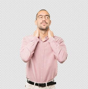 Homem jovem deprimido, fazendo um gesto de estresse