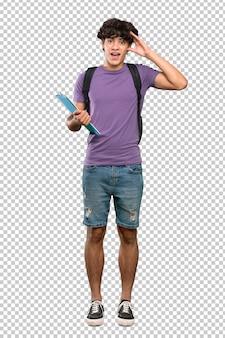 Homem jovem estudante com expressão de surpresa