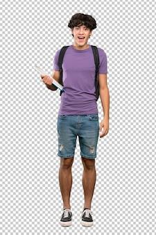 Homem jovem estudante com expressão facial de surpresa