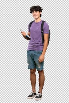 Homem jovem estudante com os braços cruzados e olhando para a frente