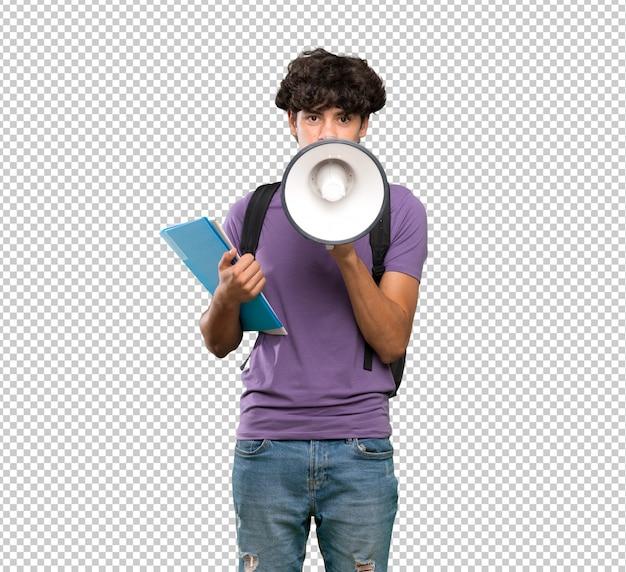 Homem jovem estudante gritando através de um megafone