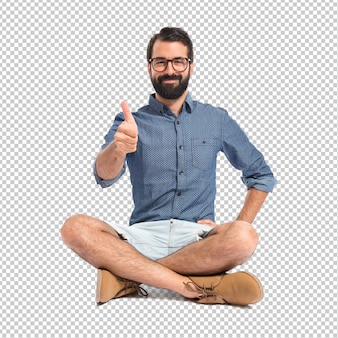 Homem jovem hippie com o polegar para cima