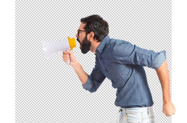 Homem jovem hippie gritando pelo megafone