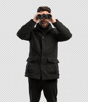Homem jovem, olhando, a, binóculos