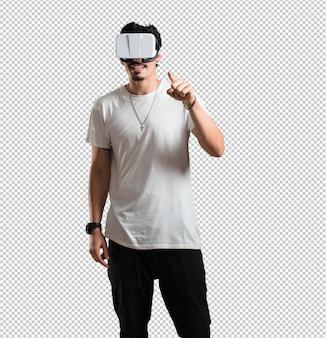 Homem jovem rapper animado e entretido, brincando com óculos de realidade virtual, explorando um mundo de fantasia.