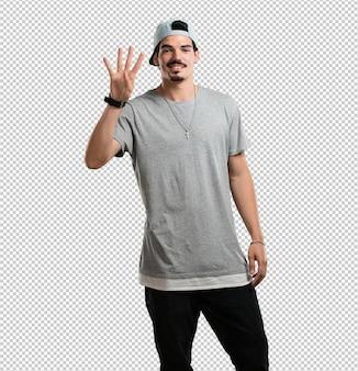 Homem jovem rapper mostrando o número quatro