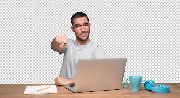 Homem jovem, sentando, em, seu, escrivaninha