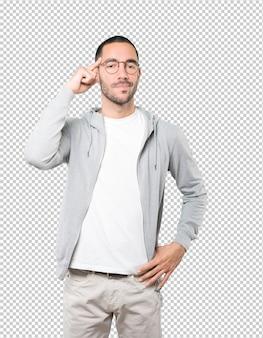 Homem jovem sério, fazendo um gesto de concentração