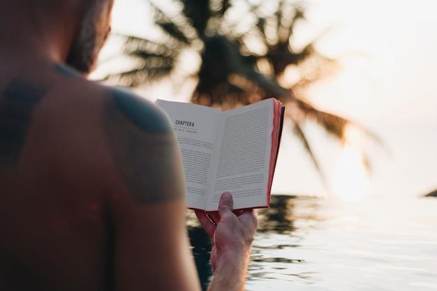 Homem, lendo um livro, em, a, piscina