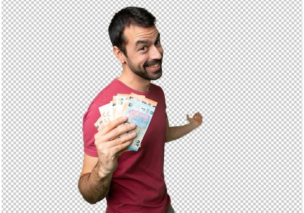Homem levando muito dinheiro apontando para trás e apresentando um produto