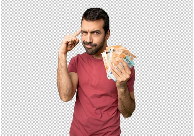 Homem levando muito dinheiro com dúvidas e pensando