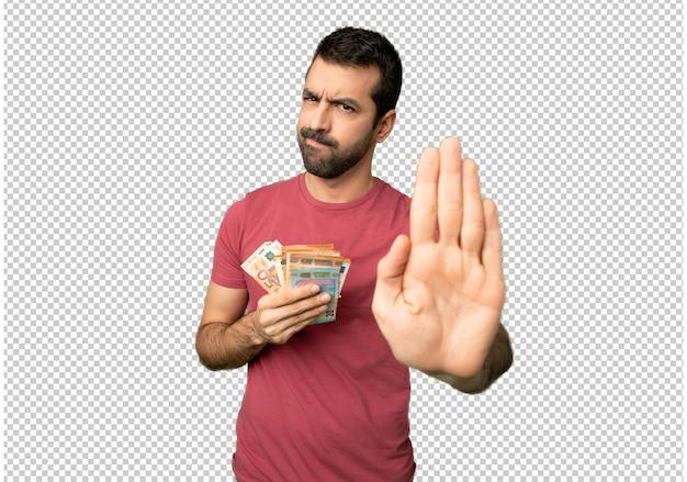 Homem levando muito dinheiro fazendo parar gesto negando uma situação que pensa errado