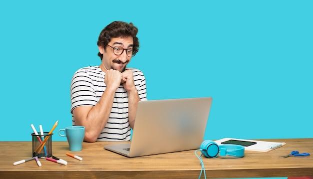 Homem louco com laptop em antecipação feliz