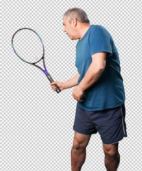 Homem maduro, brincando com uma raquete