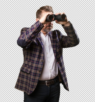 Homem maduro, olhando através de um binocualrs