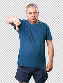 Homem maduro, polegar baixo, gesto