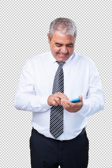 Homem maduro, segurando um celular
