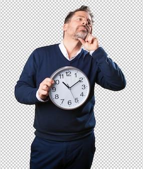 Homem maduro, segurando um relógio