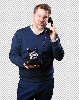 Homem maduro, zangado, falando telefone